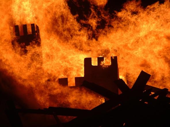 castle-burning-1477777-1280x960